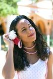 La ragazza spagnola in vestito da Feria registra i capelli Fotografie Stock Libere da Diritti