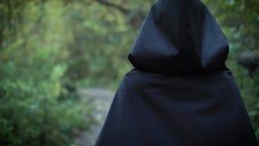 La ragazza spaventosa sta camminando in foresta archivi video