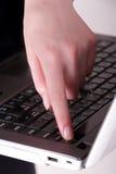 La ragazza spegne il computer Immagini Stock Libere da Diritti