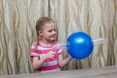 La ragazza spende l'esperienza fisica con il pallone ed i vetri Fotografie Stock Libere da Diritti