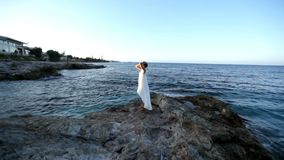 La ragazza spensierata gode di una rottura dal mare La Grecia stock footage