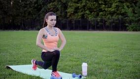 La ragazza sportiva in buona salute che prendono le vitamine e la proteina prima della forma fisica si esercitano video d archivio