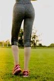 La ragazza sta allungando prima di correre, preparante il concetto Immagine Stock Libera da Diritti