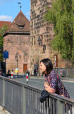 La ragazza sta aspettando qualcuno sul ponte Fotografia Stock Libera da Diritti