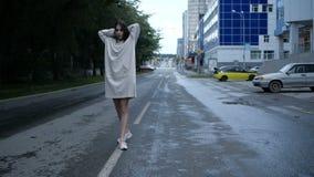 La ragazza sta attraversando una strada carraia video d archivio