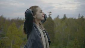 La ragazza sta avendo una passeggiata della foresta archivi video