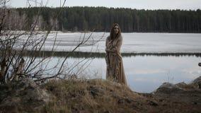 La ragazza sta avendo una passeggiata nella foresta video d archivio
