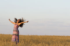 La ragazza sta ballando nel campo dell'avena Immagini Stock