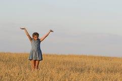 La ragazza sta ballando nel campo dell'avena Fotografie Stock Libere da Diritti
