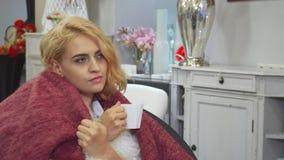 La ragazza sta bevendo il caffè ed il rilassamento immagine stock libera da diritti