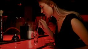 La ragazza sta bevendo il cocktail in pub stock footage