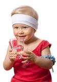 La ragazza sta bevendo l'acqua di fonte pura Fotografia Stock Libera da Diritti