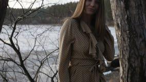 La ragazza sta camminando alla riva del lago video d archivio
