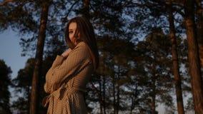 La ragazza sta camminando durante il tramonto archivi video