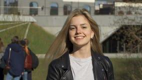 La ragazza sta camminando nel parco archivi video