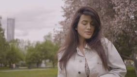 La ragazza sta camminando nel parco stock footage