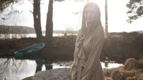 La ragazza sta camminando nella foresta archivi video