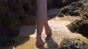 La ragazza sta camminando sulla spiaggia archivi video
