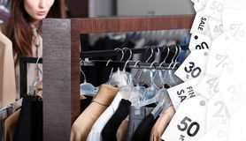 La ragazza sta cercando un abbigliamento perfetto con gli sconti attraenti Fotografie Stock