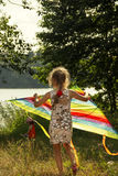 La ragazza sta correndo con l'aquilone al giorno soleggiato Fotografia Stock Libera da Diritti
