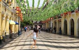 La ragazza sta correndo lungo Avenida de Almeida Ribeiro macao Immagine Stock Libera da Diritti