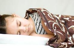 La ragazza sta dormendo con il suoi libro e vetri Fotografie Stock