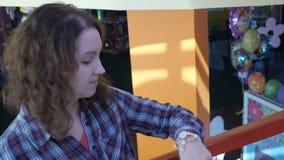 La ragazza sta esaminando il suo orologio archivi video