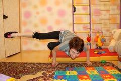 La ragazza sta facendo gli esercizi di allenamento fisici Fotografie Stock Libere da Diritti