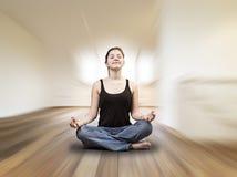 La ragazza sta facendo gli esercizi di yoga fotografia stock libera da diritti