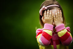 La ragazza sta giocando il fronte nascondentesi di pellame-e-ricerca fotografia stock