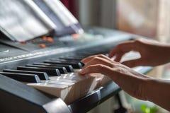 La ragazza sta giocando il pianoforte a coda immagine stock libera da diritti