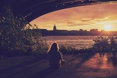La ragazza sta guardando il tramonto, sguardo opaco di colore fotografie stock libere da diritti