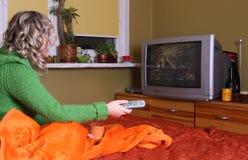 La ragazza sta guardando la TV Fotografia Stock