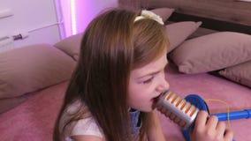La ragazza sta imitando il canto