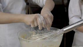 La ragazza sta impastando la pasta in cucina video d archivio