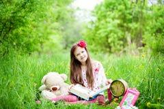 La ragazza sta leggendo un libro Fotografie Stock Libere da Diritti