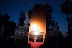 La ragazza sta liberando la lampada Cultura della Tailandia in rurale immagini stock libere da diritti