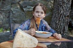 La ragazza sta mangiando gli spaghetti Fotografia Stock Libera da Diritti