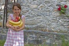 La ragazza sta mangiando la frutta Immagini Stock Libere da Diritti
