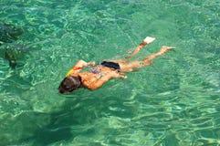La ragazza sta navigando usando una presa d'aria Fotografia Stock