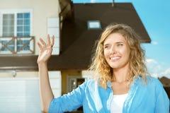 La ragazza sta nella via vicino alla sua nuova casa Immagine Stock