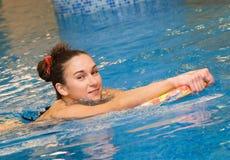 La ragazza sta nuotando Immagini Stock Libere da Diritti