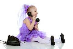 La ragazza sta parlando sul vecchio telefono Fotografia Stock Libera da Diritti