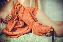 La ragazza sta portando un maglione quando dorme Immagine Stock