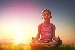 La ragazza sta praticando l'yoga fotografia stock libera da diritti
