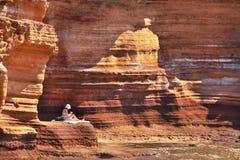 La ragazza sta prendendo il sole nelle montagne. Fotografia Stock Libera da Diritti