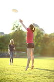 La ragazza sta prendendo un frisbee Immagini Stock Libere da Diritti