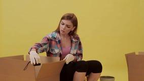 La ragazza sta preparando muoversi e fa il nastro di misurazione stock footage