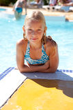 La ragazza sta proponendo nel raggruppamento di nuotata Fotografie Stock