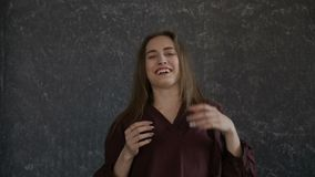 La ragazza sta ridendo stare accanto alla parete archivi video